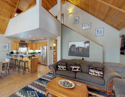 Tahoe Donner Creek Side Retreat with Hot Tub