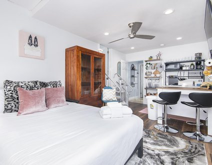 Glam Dragon B | New Kitchenette, Hot Tub, Walking Distance to the Beach