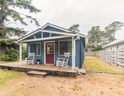 The Lazy Dragon #147 - Cute classic cabin, walk to beach, fun back yard.