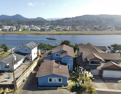 Nestucca Sunrise #155 – 5 bedroom riverfront home across the street from beach in Pacific City.